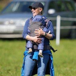 Zara Phillips con su hijo Lucas Tindall en un portabebés en Houghton