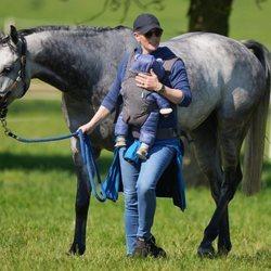 Zara Phillips y su hijo Lucas Tindall con un caballo en Houghton