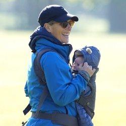 Zara Phillips y su hijo Lucas Tindall en el Houghton International Horse Trials