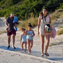Irene Rosales, Kiko Rivera y sus hijas llegan a la playa durante sus vacaciones