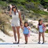 Irene Rosales con sus hijas en un día de playa