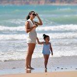 Irene Rosales con su hija en la playa