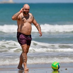 Kiko Rivera jugando a la pelota en la playa