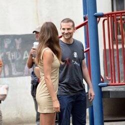 Bradley Cooper sonriendo a Irina Shayk en un paseo por Nueva York