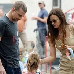 Irina Shayk y Bradle Cooper hablando con su hija