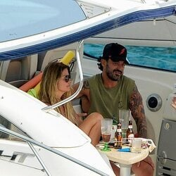 Maoke con su novio en un barco en Mallorca