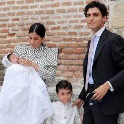 María García de Jaime y Tomás Páramo en el bautizo de su hija Catalina con su hijo Tomi
