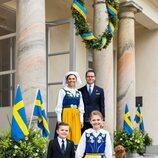 Victoria y Daniel de Suecia con sus hijos Estela y Oscar y su perro Rio en el Día Nacional de Suecia 2021