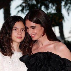 Paz Vega, muy cariñosa con su hija Ava en la alfomrba roja del Festival de Málaga 2021