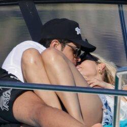 Danna Paola y Álex Hoyer besándose en Ibiza