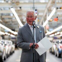 El Príncipe Carlos habla de su nieta Lili durante su visita a una planta de MINI en Oxford