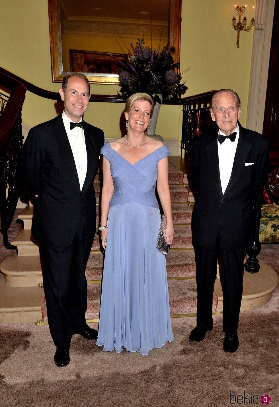 El Duque de Edimburgo con el Príncipe Eduardo y Sophie Rhys-Jones en el 60 aniversario del Premio Duque de Edimburgo