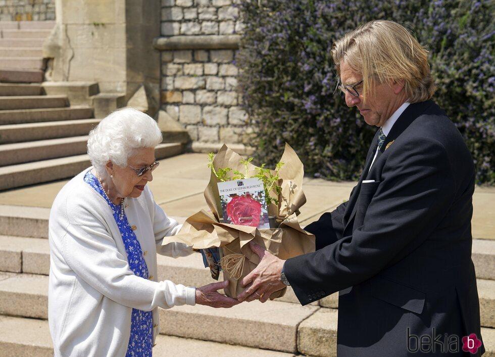 La Reina Isabel recibe la Rosa Duque de Edimburgo