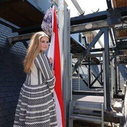 Amalia de Holanda iza la bandera del Christelijk Gymnasium Sorghvliet tras graduarse Cum Laude