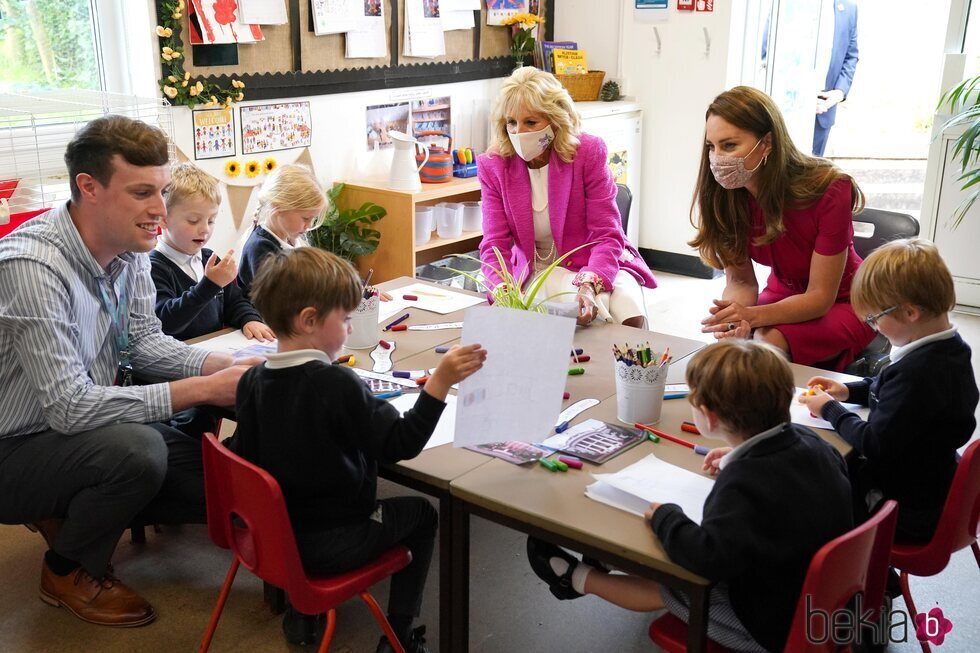 Kate Middleton y Jill Biden con unos niños de una escuela de Cornualles