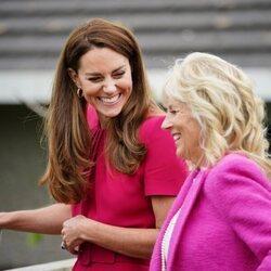 Kate Middleton y Jill Biden en su visita a una escuela de Cornualles