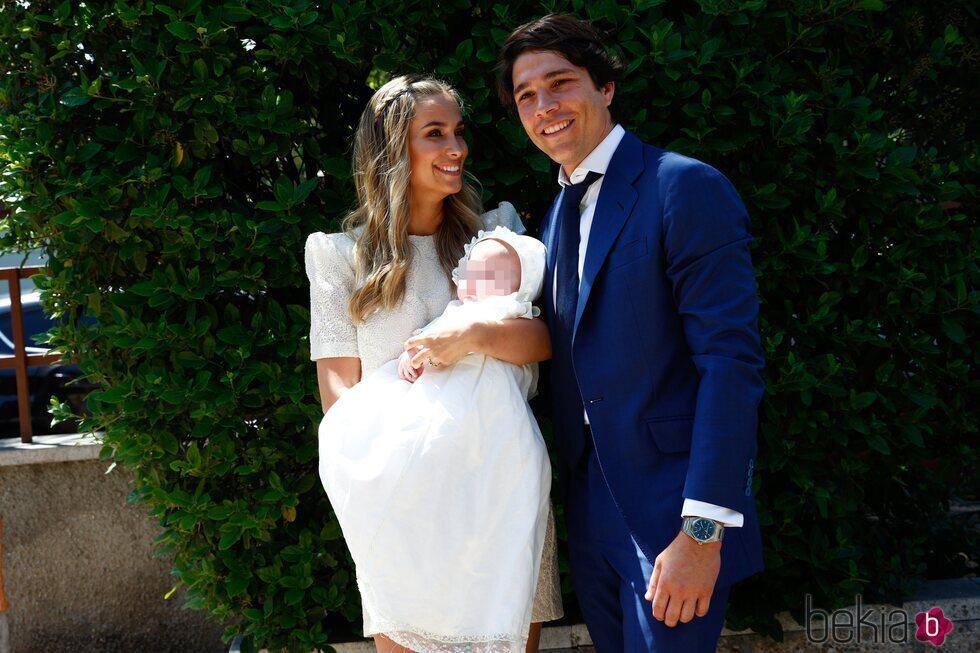 María Pombo mira a Pablo Castellano con su hijo Martín en brazos en el bautizo del hijo de María Pombo y Pablo Castellano