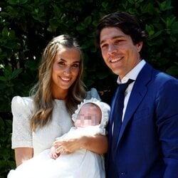 María Pombo y Pablo Castellano con su hijo Martín en la celebración de su bautizo