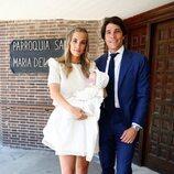 María Pombo y Pablo Castellano con su hijo Martín Castellano Pombo durante su bautizo