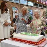 La Reina Isabel con una espada junto a Camilla Parker y Kate Middleton en la Cumbre del G7 en Cornualles