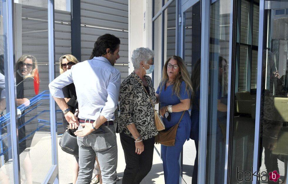 Canales Rivera y Teresa Rivera en el tanatorio tras la muerte de José Antonio Canales, padre y marido