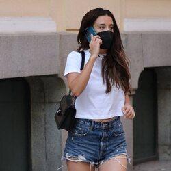 María Pedraza hablando por teléfono en Madrid