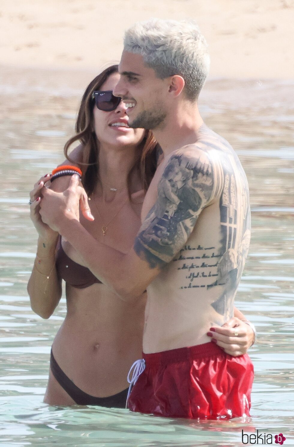 Melissa Jiménez, muy cariñosa con Marc Bartra en sus vacaciones en Ibiza