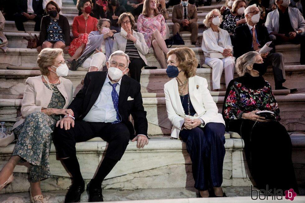La Reina Sofía, Constantino y Ana María de Grecia e Irene de Grecia en un concierto en el Odeón de Herodes Atticus de Atenas