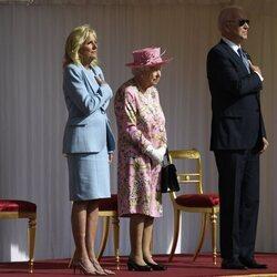 La Reina Isabel con Joe y Jill Biden mientras suena el Himno de Estados Unidos en Windsor Castle
