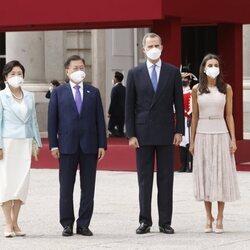 Los Reyes Felipe y Letizia con el Presidente de Corea del Sur, Moon Jae-in, y la Primera Dama Kim Jung-sook, en el recibimiento oficial en el Palacio Real