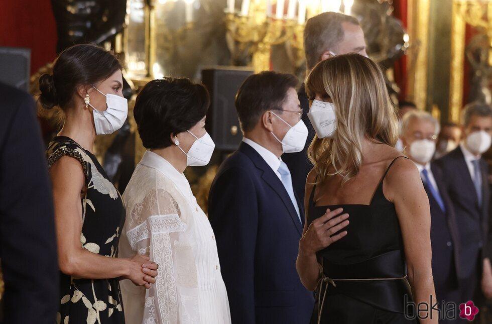 Begoña Gómez saluda a la Reina Letizia en la cena de Estado en honor al Presidente de Corea del Sur, Moon Jae-in, y la Primera Dama Kim Jung-sook