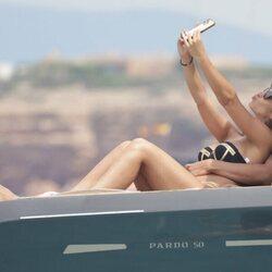 Tamara Forro y Ezequiel Garay haciéndose una foto selfie en Ibiza
