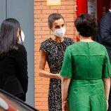 La Reina Letizia y Kim Jung-sook hablando en su visita a la Fundación ONCE
