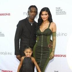 Kylie Jenner, Travis Scott y Stormi Webster en la 72 edición de la Parsons Benefit