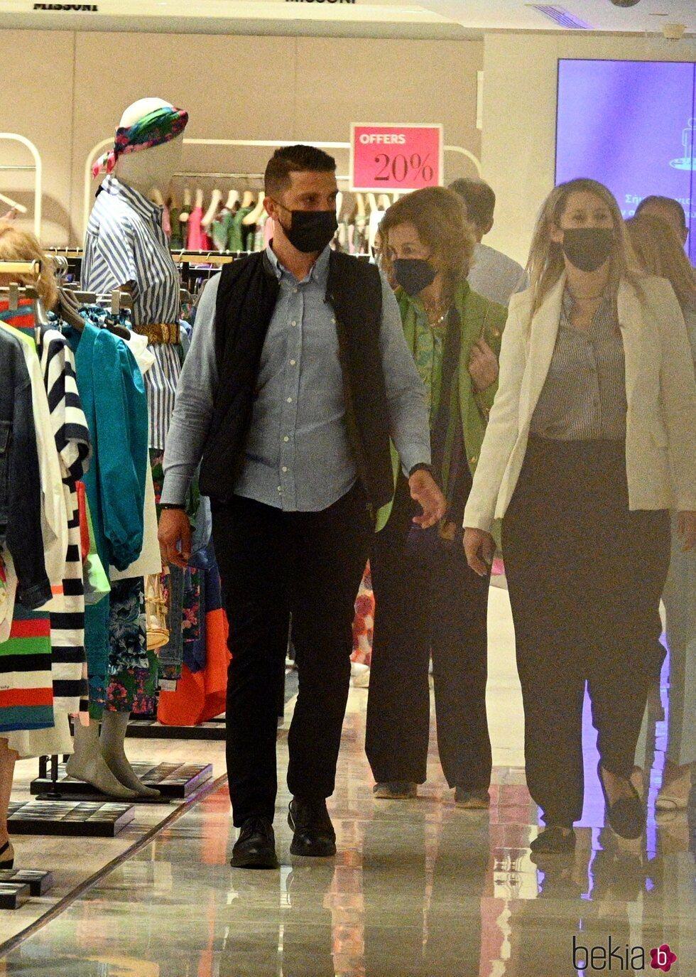 La Reina Sofía en un centro comercial de Atenas