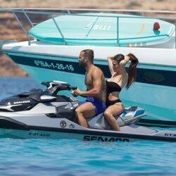 Jesé Rodríguez en una moto acuática con una amiga en Ibiza