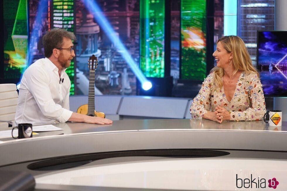 Anne Igartiburu hablando con Pablo Motos en 'El Hormiguero'