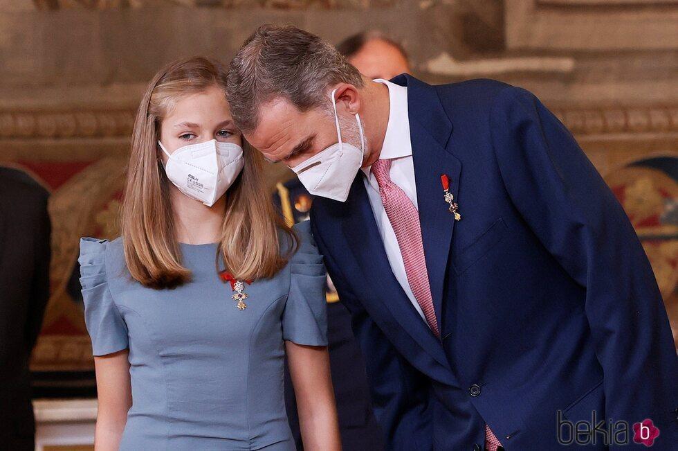 La Princesa Leonor hablando con el Rey Felipe en la imposición de condecoraciones de la Orden del Mérito Civil 2021