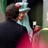 La Reina Isabel, saludando a unos conocidos en las carreras de Ascot
