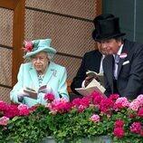 La Reina Isabel con un amigo en las carreras de Ascot