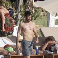 Alfonso Bassave con el torso desnudo en Ibiza
