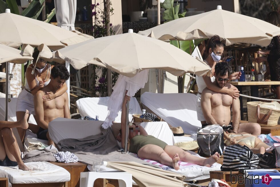 Alfonso Bassave y Daniel Duboy reciben un mensaje en una playa de Ibiza