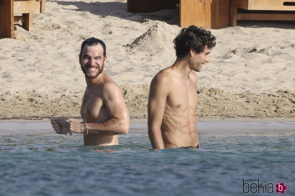 Alfonso Bassave y Daniel Duboy dándose un baño en Ibiza