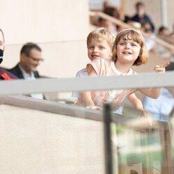 Alberto de Mónaco y sus hijos Jacques y Gabriella de Mónaco en un partido de rubgy
