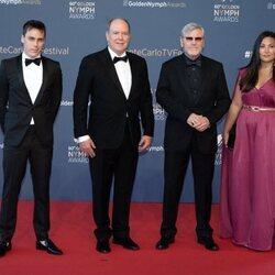 Alberto de Mónaco, Louis Ducruet y Marie Chevallier con Tchéky Karyo en la clausura del Festival de Televisión de Monte-Carlo 2021