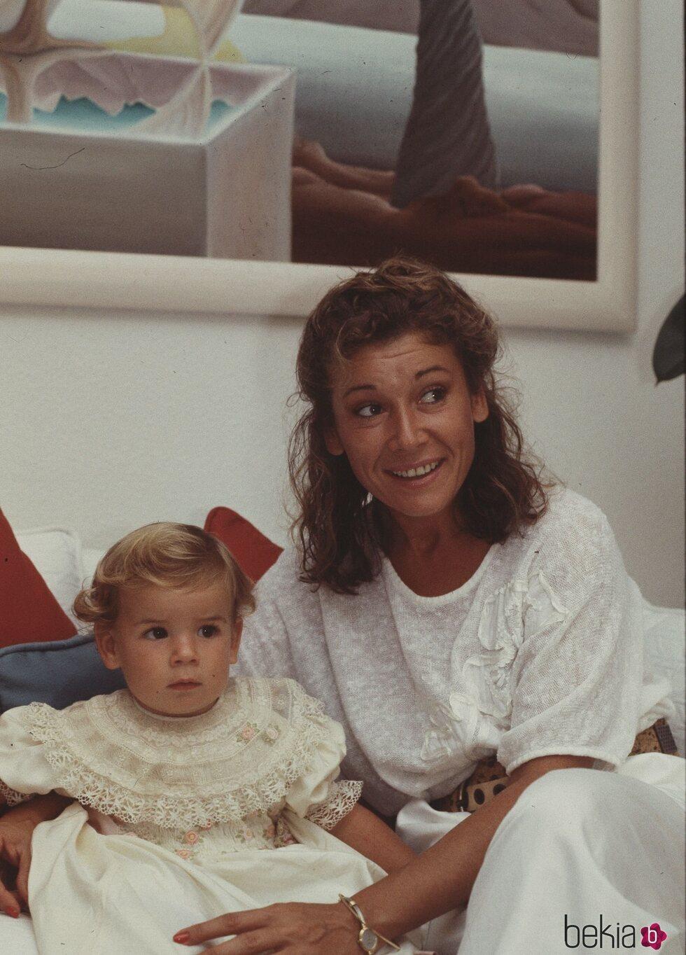 Mila Ximénez con su hija Alba Santana cuando era pequeña