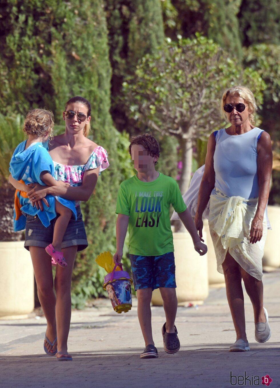 Mila Ximénez con su hija Alba y sus nietos