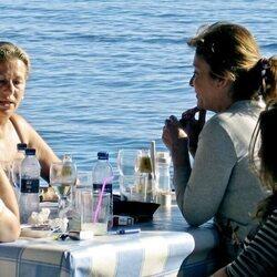 Mila Ximénez y Mayte Zaldívar en un restaurante de Marbella