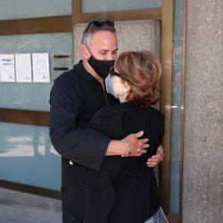 Aurelio Manzano abraza a una de las hermanas de Mila Ximénez en la capilla ardiente