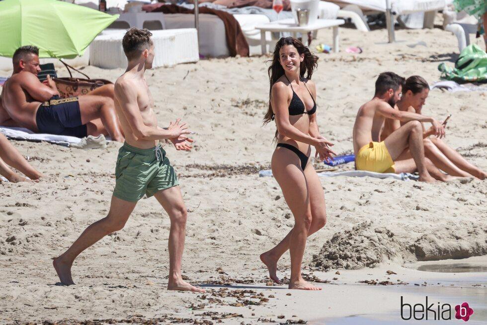 María Pedraza con su amigo Juanjo Almeida en Ibiza